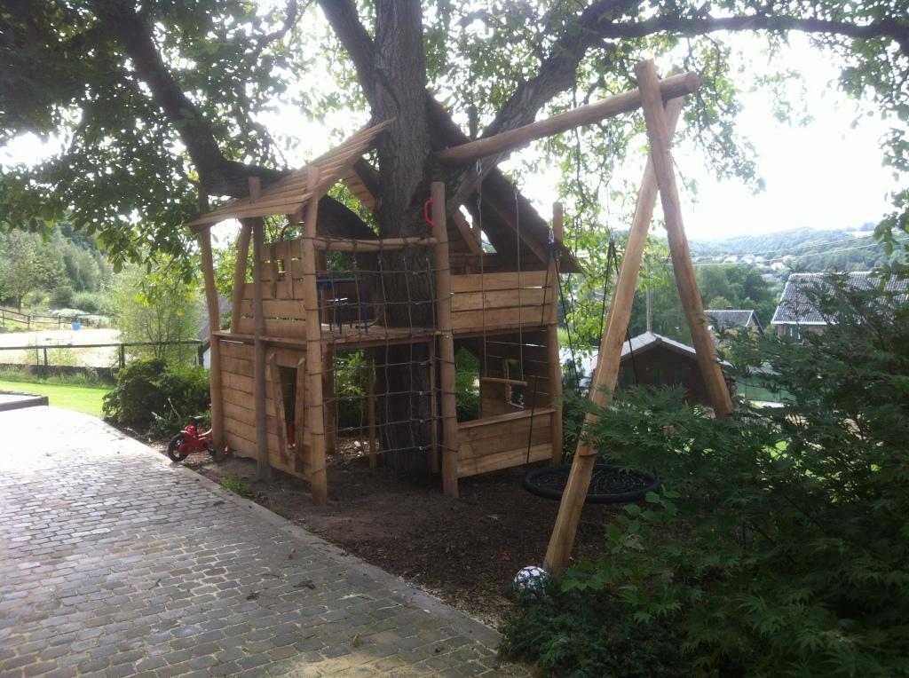 cabane de jeux en robinier autour d 39 un arbre cabanade. Black Bedroom Furniture Sets. Home Design Ideas