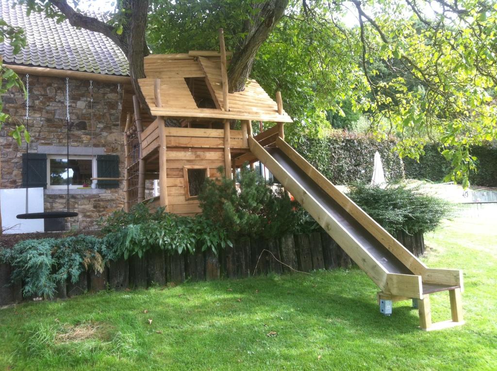 cabane de jeux en robinier autour d 39 un arbre cabanade constructeur b tisseurs de cabanes. Black Bedroom Furniture Sets. Home Design Ideas