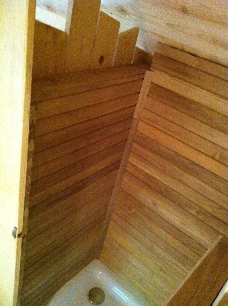 douche dans une cabane sans arriv e d 39 eau cabanade constructeur b tisseurs de cabanes. Black Bedroom Furniture Sets. Home Design Ideas